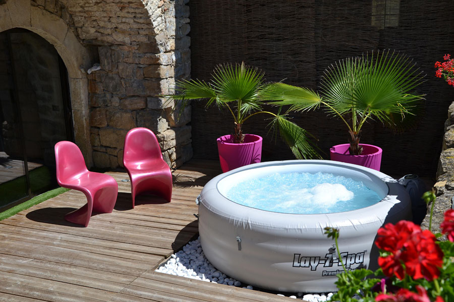 deco spa exterieur jacuzzi extrieur sur terrasse ou dans le jardin en photos superbes with deco. Black Bedroom Furniture Sets. Home Design Ideas