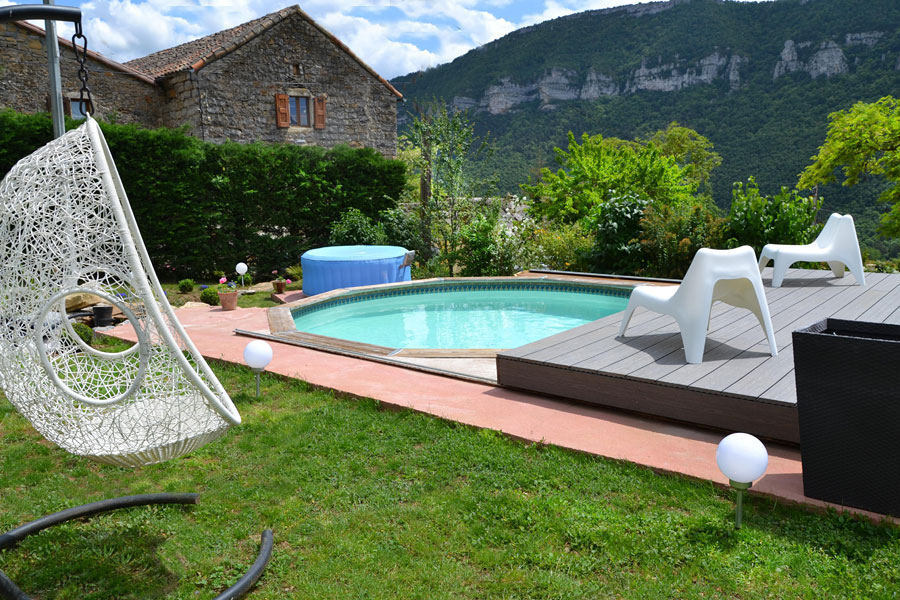 Swimming pool with outdoor jacuzzi and panoramic view of Tarn Gorges