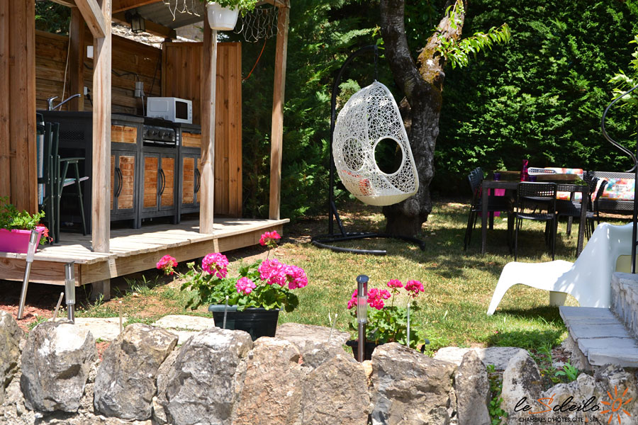 g te avec jardin en location mostu jouls sud aveyron loz re maison d h te tout confort avec. Black Bedroom Furniture Sets. Home Design Ideas